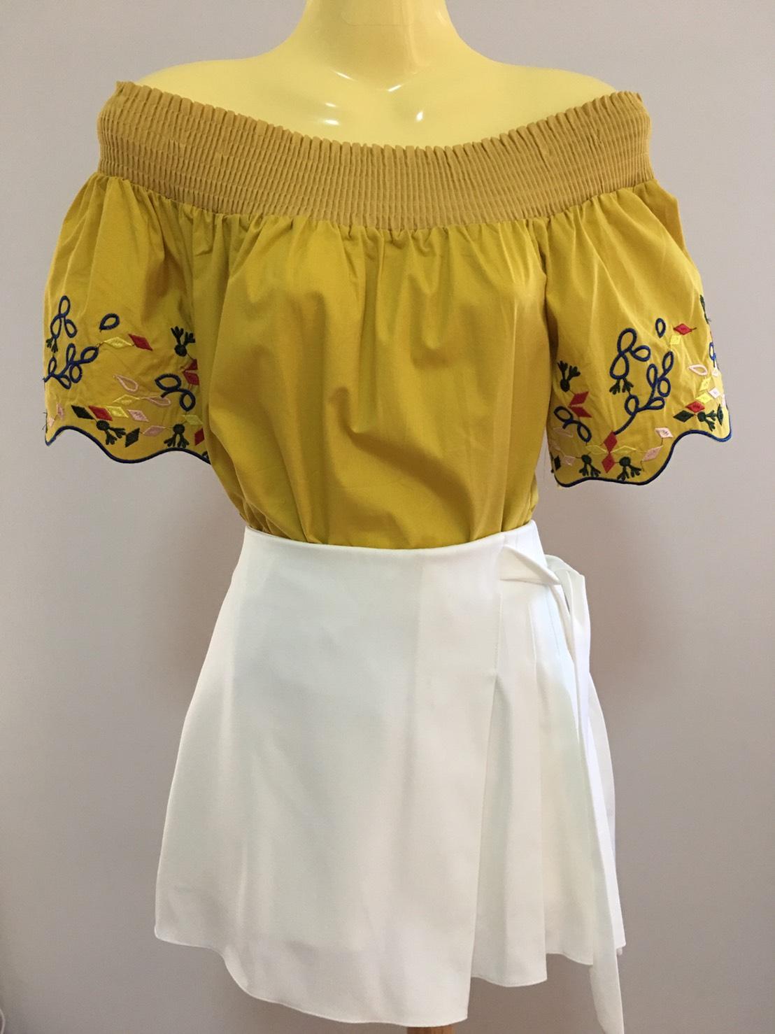 เสื้อปาดไหล่ สีเหลือง สวยเก๋ เป็นแบบเสื้อแฟชั่นปาดไหล่ ที่ออกแบบไม่เหมือนใคร ปลายแขนมีลายกิ๊บแก๋