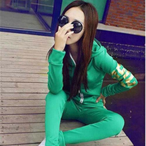 ++สินค้าพร้อมส่งค่ะ++Sport Set เกาหลี เสื้อ Jacket มี hood แขนยาว สกรีนลายด้วยดิ้นเก๋และกางเกงขายาว มี 4 สีค่ะ สีเขียว