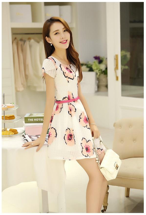 ชุดเดรสสั้น แฟชั่นเกาหลี ผ้า organza ทอลายขาวและดอกไม้สีชมพู แขนเสื้อทรงซ้อนไขว้ พร้อมเข็มขัดเหมือนแบบ
