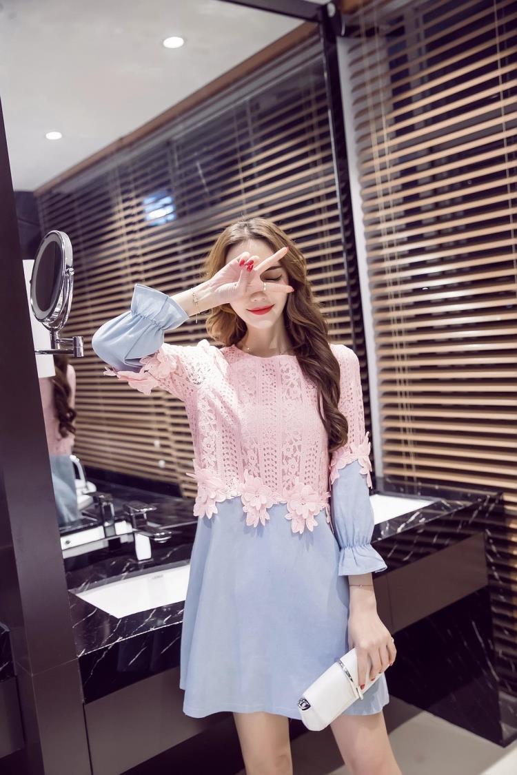เสื้อตัวยาว หรือ มินิเดรสทรงเอ ตัวเสื้อผ้าลูกไม้สีชมพู เย็บต่อกับผ้ายีนส์ สีฟ้าอ่อน