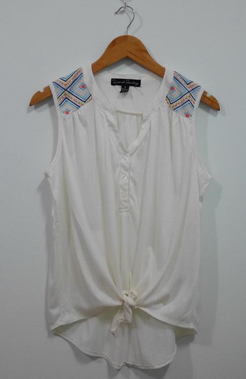 jp4106 เสื้อแขนกุดสีขาว แต่งลายปักตรงบ่า รอบอก 42 นิ้ว