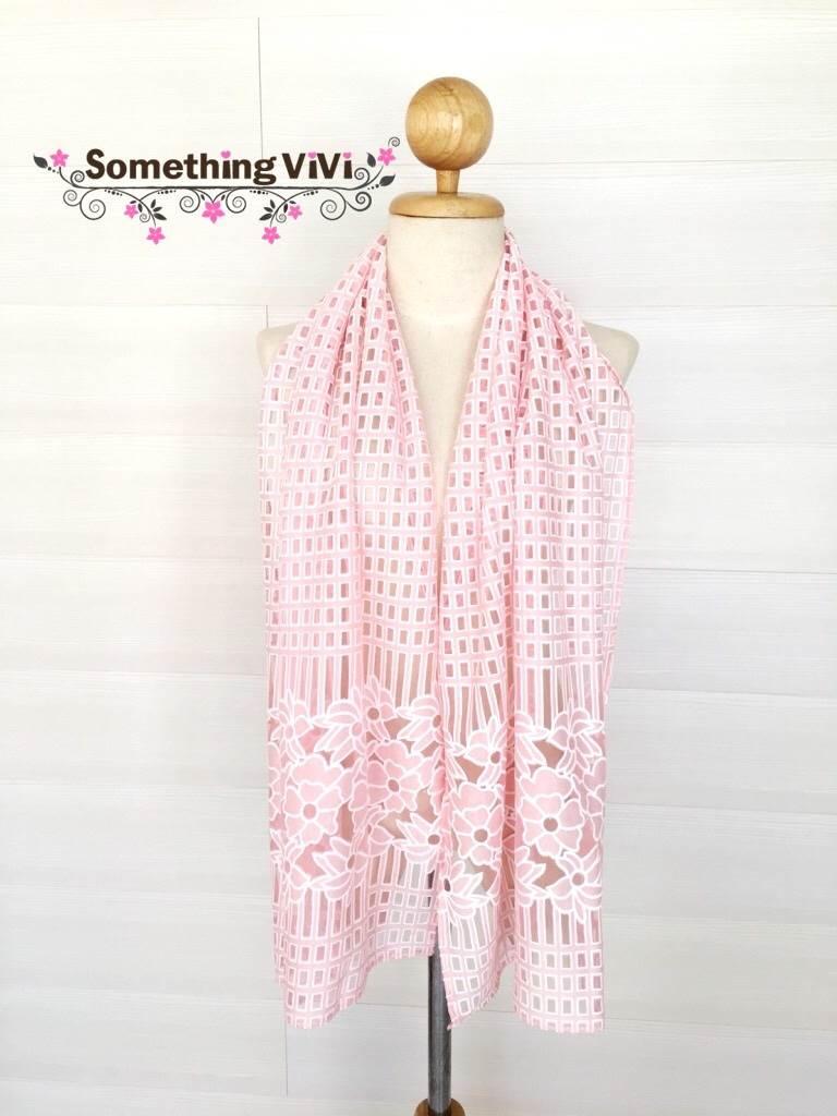 ผ้าพันคอ/ผ้าคลุมไหล่/ผ้าคลุมให้นม รุ่น Pure Paradise in Rose Fondu (Size S) สวยแบบหวานๆ ให้ลุคสดใส ชิคๆ ซื้อเป็นของขวัญให้ใครซักคนที่เรารักเนื่องในโอกาสต่างๆ ได้ เนื้อผ้าโปร่งใสมองทะลุได้ สีชมพูสดใส เหมือนมีดอกไม้ลอยอยู่รอบๆ เป็นสีที่มองแล้วสบายตา ดีต่อใจ